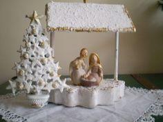 La base de la casita blanca de esta Sagrada Familia, es un portavelas de pino,que me regaló un amigo de alemania.