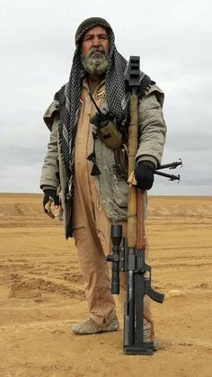 Abu Tahsin an Iraqi sniper killed 175 ISIS terrorist in last six months. Military Weapons, Military Art, Military History, Iraqi Army, Military Special Forces, Afghanistan War, Concept Weapons, Poses References, Modern Warfare