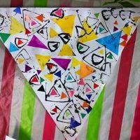 Les triangles: collage et empreintes Shape Activities Kindergarten, Kindergarten Art Lessons, Preschool Crafts, Preschool Shapes, Kids Collage, Le Triangle, Shape Books, Shapes For Kids, Shape Art