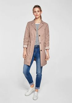 Vypasovaný kabát se střídmým vzhledem