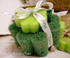 Kit Lembrancinha Trevo da Sorte.  O kit é composto de:  - 1 esponja de banho em formato de trevo com cordão para pendurar Com aroma de arruda, para um banho de boas energias!