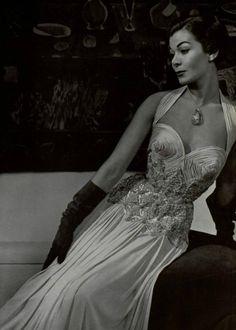Carven, 1952. Vintage Glamour, Vintage Beauty, Vintage Ladies, Fashion History, World Of Fashion, Sirens Fashion, Vintage Dresses, Vintage Outfits, 20th Century Fashion