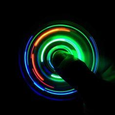 Warum sind LED Spinner so viel cooler als normale Fidget Spinner? Wir zeigen euch, was die leuchtenden Kreisel so außergewöhnlich macht und wo ihr die...