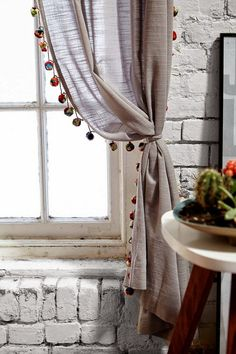 Pompom Curtain Love these pompons which pickup the rug color and shape without going crazy. Boho Curtains, Curtains Living, Curtains With Blinds, Rustic Curtains, Velvet Curtains, Hanging Curtains, Blackout Curtains, Baby Room Curtains, Home Crafts