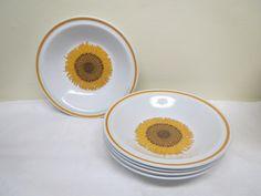 Ihanat norjalaiset auringonkukkakuvioiset syvät lautaset, 6 kpl.  Valmistaja Stavangerflint.  Ehjät ja hyväkuntoiset, vähäisiä käytön jälkiä näkyy.  Halkaisija 20 cm.  9 euroa/kpl.
