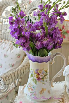 Shabby Chic - lovely purple flowers and vase Purple Flowers, Beautiful Flowers, Simply Beautiful, Bouquet Champetre, Lavender Cottage, All Things Purple, Arte Floral, Shabby Chic Cottage, Dried Flowers