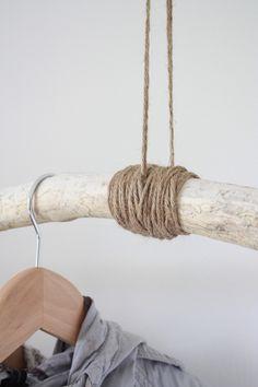 Garderobe selbermachen mit einem Ast und Seil