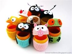 Aren't these little egg covers just the cutest things? If you like amigurumi, you'll like this new site . Joke and her boyfriend are both crocheters and fans of amigurumi. Crochet Frog, Diy Crochet, Crochet Dolls, Cotton Crochet, Mini Amigurumi, Amigurumi Toys, Easter Crochet Patterns, Amigurumi Patterns, Amigurumi Tutorial