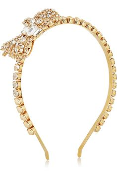 Diadema de Miu Miu    Inspiración naïve con esta diadema decorada con cristales y perlas artificiales aderezada con un lacito lateral.    Precio: 370 €