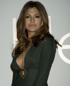 Eva Mendes is one of the most attractive women in the world. We shared some of her cool makeups. Hot Actresses, Hollywood Actresses, Beautiful Actresses, Pakistani Actress, Pakistani Girl, Bikini Photos, African Women, American Actress, Pretty Woman