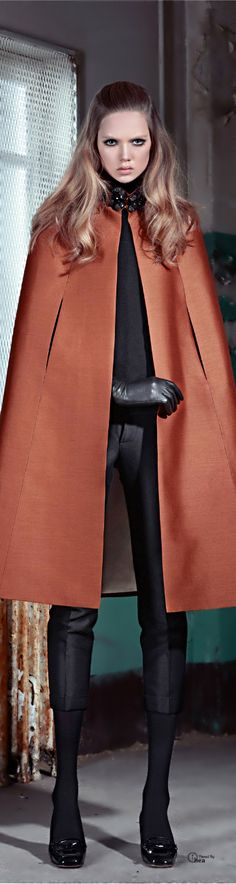 Dsquared² ● Pre-Fall the cape with the leather gloves- sexy. Looks Style, My Style, Fashion Outfits, Womens Fashion, Jackets Fashion, Trendy Fashion, Fashion Trends, Capes, Mode Inspiration