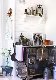 Vanhan ajan puuhella on keittiön lämmin sydän. Katso ihanat keittiöideamme!