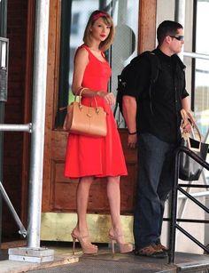 鮮やかな赤のドレスで周囲の視線は釘付け♡春夏ファッションのお呼ばれドレス参考♪
