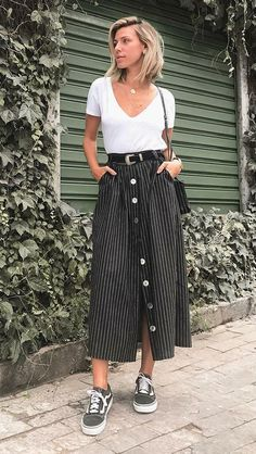 Saia midi com tênis: 9 maneiras imperdíveis de investir nessa dupla Midi outfit with sneakers: 9 must-have methods to take a position on this pair. Modest Fashion, Fashion Outfits, Womens Fashion, Dress Fashion, Cheap Fashion, Fashion Styles, Fashion Clothes, Casual Outfits, Cute Outfits
