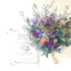 落ち着いた色合いの植物をたっぷりと束ねたブーケです。お気に入りの花瓶に入れたり、壁にかけたりと自由に楽しんでいただけたらと思います。シックな雰囲気でほっとできる様なブーケを目指しました。母の日の贈り物には「THANK YOU MOM」のタグをお付けいたします。お申し付けくださいませ。*サイズ*直径…