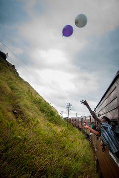 Niños jugando con globos en el tren de Kandy a Haputale