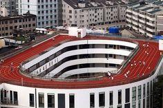 Ejercicio de altura. Estudiantes practican en esta pista -a 200 metros de altura-, situada en la azotea de un edificio construido por falta de espacio en el campus de Tiantai. Un proyecto que competirá en la Exposición de Arquitectura de Venecia   @theobjectiveesp