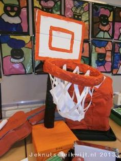 Sinterklaas is in het land, pakjesavond komt er weer aan. En bij pakjesavond horen natuurlijk surprises, of misschien heb je wel lootjes getrokken in je klas en moet je ook een surprise maken. Hier een leuke surprise voor iemand die gek is van basketbal, een basketbalring.  Stop je sinterklaaskadootje in de schoenendoos en beplak of verf de schoenendoos met oranje papier of verf. Knip het basketbalbord achter het basketbal net uit en schilder dat oranje en wit. schilder de keukenrol of…