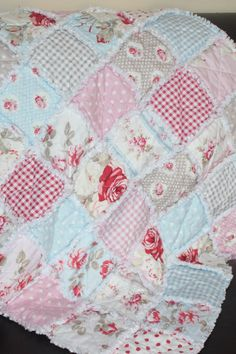 I love how cozy this quilt looks!!! It's beautiful! [RE-PINNED]