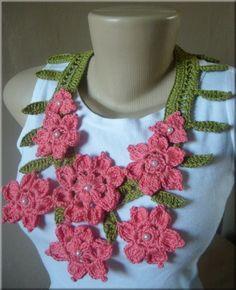 Colar confeccionado em crochê com flores ornamentando o colo.  Aplicação de contas peroladas. Cor a escolha do cliente. R$60,00