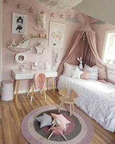 @mamma_malla sur Instagram : chambre petite fille rose, blanc, gris, bois, étoiles, univers enchanté