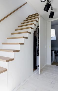 Trapp med smart oppbevaring in 2020 Cottage Staircase, House Stairs, Casa Mix, Small Apartment Interior, Cottage Renovation, Floating Stairs, Stair Storage, Interior Stairs, Under Stairs