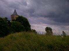 In Oud-#Zevenaar werd het wel heel donker tijdens verder 18 winderige, maar fraaie km door @ooyismooi @Loopmaatjes. Donderdag 5 juni 2014. Via twitter @WimKornelis