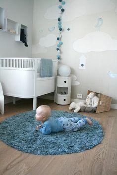blaues babyzimmer design - ein baby auf dem teppich ähnliche tolle Projekte und Ideen wie im Bild vorgestellt findest du auch in unserem Magazin