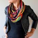 Die Strickkette ist eine originelle Ӧko-Kette, die man als Schal oder als Schmuck tragen kann. Die Kette ist für den kreativen Menschen, die sein eigenen originellen Still haben. Der Schal sieht...