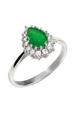 Hopeasormuksen vihreä kivi tuo väriä asuun.  UrPenn d10948e8cb3b5