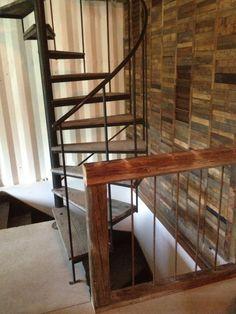 #maisonconteneur Escalier récupéré, mur de bois recyclé et rampes faites à partir de bois de grange et de rods de métal