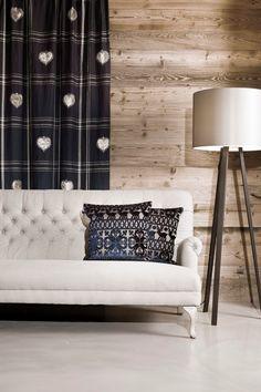 Kombiniert mit traditionellen Schmuckstücken, kommen Möbelstücke in der Farbe BEIGE perfekt zur Geltung. Fotocredits: FINE Sofa, Couch, Love Seat, Throw Pillows, Beige, Furniture, Paris, Home Decor, Colors