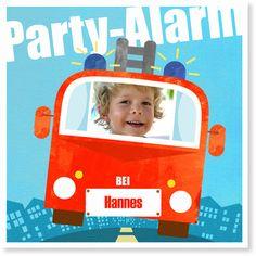 Tatüüüü, Tataaaaaaa … die Feuerwehr ist da! Alle Party-Gäste in die Feuerwehrautos und ab zum Einsatz! Wenn der Feuerwehrhauptmann dann noch den Einsatzort und die Uhrzeit verrät, kommt garantiert niemand zu spät zum wichtigsten Ereignis des Jahres!