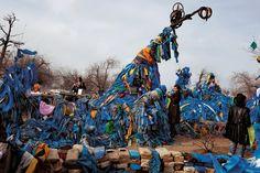 Symbole d'éternité, cet « arbre mère », un pin de la Mongolie septentrionale, attire des pèlerins venus de partout. L'arbre s'est affaissé sous le poids des offrandes en tissu. Le bleu représente le ciel et la paix éternels.
