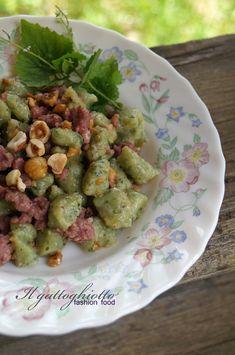 il gattoghiotto: Gnocchetti verdi con salsiccia e nocciole del Piemonte