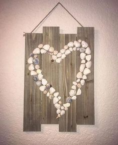Shell wall hanging Hand Made , Shell wall hanging Shell wall hanging Muscheln Sea Shells. Seashell Art, Seashell Crafts, Beach Crafts, Diy Crafts, Summer Crafts, Driftwood Projects, Driftwood Art, Driftwood Candle Holders, Shell Chandelier