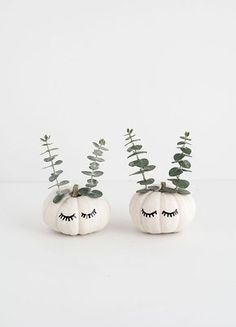 Sure, pumpkin carvings aren't exactly a new thing, but everything is cuter when it's mini. This year, amp up your aesthetic by including mini pumpkins that are as petite as they are pretty. Check out these 20 tiny pumpkin DIYs. Fete Halloween, Holidays Halloween, Halloween Pumpkins, Halloween Crafts, Halloween Decorations, Halloween Halloween, Halloween Makeup, Halloween Costumes, Glitter Pumpkins