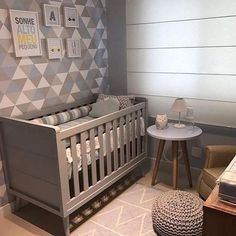 Mesa com pé palito: 40 ambientes com este móvel de estilo atemporal Grey Nursery Boy, Gray Bedroom, Bedroom Colors, Nursery Room, Kids Bedroom, Babies Nursery, Baby Boy Rooms, Baby Boy Nurseries, Baby Cribs