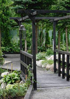 Puutarhasilta on näyttävä rakennelma, jolla voi korostaa puutarhan tyyliä. Valitsetko romanttisen kaarisillan vai simppelin kivilaattasillan? Katso ideat ja inspiroidu.