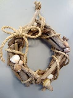 kleiner Kranz aus Treibholz mit Muscheln und Seil small wreath of driftwood with shells and rope I love it! Treibholz-Tinkering with driftwood: DIKitchen towel holder made of Le Driftwood Wreath, Driftwood Projects, Driftwood Art, Driftwood Ideas, Seashell Wreath, Seashell Crafts, Driftwood Furniture, Driftwood Jewelry, Beach Crafts
