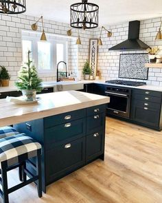Kitchen Remodel Ideas - Browse our kitchen renovation gallery with traditional to modern to beachy kitchen design inspiration. Kitchen Interior, Kitchen Inspirations, Home Decor Kitchen, Kitchen Trends, Kitchen Remodel, Kitchen Decor, New Kitchen, Home Kitchens, Kitchen Renovation