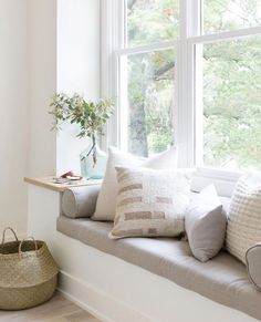 Adding a window seat to a room can be a great way of creating additional seating space. Window Seat Kitchen, Window Benches, Window Seats Diy, Window Seats Bedroom, Modern Window Seat, Dining Bench Seat, Dining Chairs, Window Seat Cushions, Dining Table