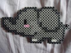 Copos de nieve hechos con hama beads, para hacerlos tu mismo necesitas: Color hama blanco nº01 (también quedan bien con transparente nº19 o azul nº15) Placa exagonal Papel de horno Plancha Puedes c...