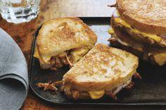 Ces sandwichs sont faits de tranches de pain rôties et garnies de porc effiloché tendre, d'oignon rouge, de fromage fondu et d'un soupçon de sauce barbecue– ils sont parfaits pour le diner, le souper ou une rencontre décontractée.
