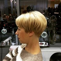 The wedge hairstyles give women a retro look. Find the best advice as well as hot picture of the Best Short Wedge Haircuts for Chic Women. Short Stacked Wedge Haircut, Short Wedge Hairstyles, Layered Bob Short, Cute Hairstyles For Short Hair, My Hairstyle, Straight Hairstyles, Shaggy Hairstyles, Hairstyle Hacks, 1940s Hairstyles