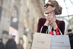 Impulse buying is the nemesis of every budget. Learning how to stop impulse buying can change your life and put you on the fast track to financial freedom. New Fashion Trends, Retro Fashion, Vintage Fashion, Latest Fashion, Trending Fashion, Cheap Fashion, Shopping In Italy, Shopping Bags, Shopping Spree