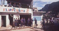Segurança. Políais Militares do Rio de Janeiro ocupam o quartel-general do tráfico, o fliperama da Rua Dois, durante a guerra da Rocinha   http://acervo.oglobo.globo.com/fotogalerias/a-guerra-da-rocinha-11674934