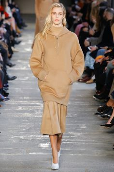 See the complete Max Mara Fall 2017 Ready-to-Wear collection. What to wear to the modern office