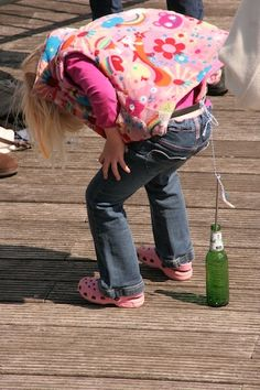 "nail Pooping Tie in any child or children to turn a rope (not too long) to the waist with an attached nail. Put an empty bottle (coke bottle or something more complicated: a beer bottle) on the ground. The children try to put the nail in the bottle ""to defecate"". The child who is the fastest wins. You can also specify a time limit, for example, by saying: ""Who the nail most often in the bottle gets in 3 minutes wins)."