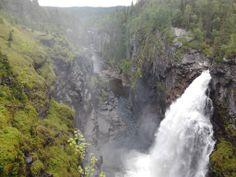Prachtige waterval bij Hällingsåfallet aan de Vildmarksvägen.